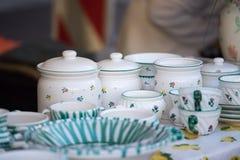 Παζαριών: Πιάτα και dinnerware στο πρώτο πλάνο, άνθρωποι στο μουτζουρωμένο υπόβαθρο στοκ φωτογραφία με δικαίωμα ελεύθερης χρήσης