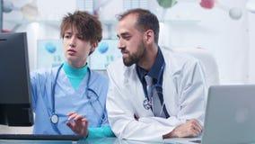 Παθολόγος που εξηγεί κάτι σε μια νοσοκόμα σπουδαστών φιλμ μικρού μήκους