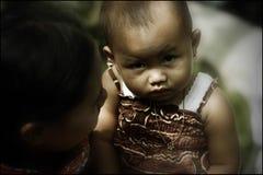 Παιδάκια από την κλίση του βουνού Merapi που βλέπουν τη κάμερα στοκ φωτογραφία με δικαίωμα ελεύθερης χρήσης