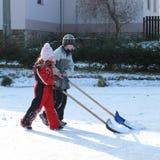 Παιδάκια που καθαρίζουν τον πάγο στη λίμνη Στοκ φωτογραφία με δικαίωμα ελεύθερης χρήσης
