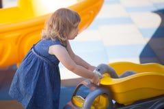 Παιδάκι στην παιδική χαρά, παιχνίδια αγοριών για το κορίτσι Στοκ φωτογραφία με δικαίωμα ελεύθερης χρήσης
