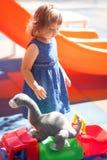 Παιδάκι στην παιδική χαρά, παιχνίδια αγοριών για το κορίτσι Στοκ Φωτογραφία
