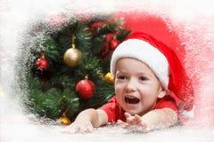 Παιδί Άγιου Βασίλη ή νεραιδών σε ένα παράθυρο Χριστουγέννων που περιμένει τις διακοπές Στοκ φωτογραφίες με δικαίωμα ελεύθερης χρήσης