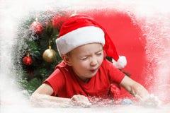 Παιδί Άγιου Βασίλη ή νεραιδών σε ένα παράθυρο Χριστουγέννων που περιμένει τις διακοπές Στοκ φωτογραφία με δικαίωμα ελεύθερης χρήσης