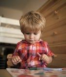 Παιδί ή ξανθό ευτυχές χρώμα αγοριών με την αισθητή μάνδρα στοκ φωτογραφίες