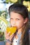 παιδί ασβεστίου που πίνει τις θηλυκές υπαίθριες νεολαίες χυμού Στοκ εικόνες με δικαίωμα ελεύθερης χρήσης