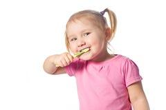 παιδί βουρτσών τα δόντια τ&omicron Στοκ φωτογραφίες με δικαίωμα ελεύθερης χρήσης