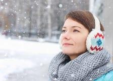 Παιδί γυναικών έξω από το χιόνι χειμερινού πάγου πάρκων στοκ φωτογραφία με δικαίωμα ελεύθερης χρήσης