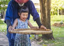 Παιδί ευτυχές να μάθει το αλώνισμα ρυζιού Στοκ φωτογραφίες με δικαίωμα ελεύθερης χρήσης