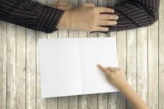 Παιδί και μπαμπάς με την κενή ευχετήρια κάρτα Στοκ φωτογραφία με δικαίωμα ελεύθερης χρήσης