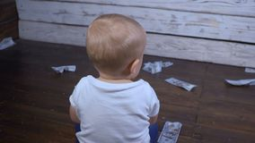 Παιδί και πολλά χρήματα απόθεμα βίντεο
