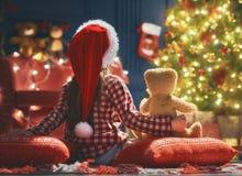 Παιδί κοντά στο χριστουγεννιάτικο δέντρο Στοκ φωτογραφία με δικαίωμα ελεύθερης χρήσης