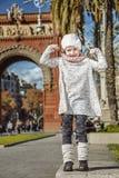 Παιδί κοντά Arc de Triomf στη Βαρκελώνη, Ισπανία που παρουσιάζει δύναμη Στοκ φωτογραφία με δικαίωμα ελεύθερης χρήσης