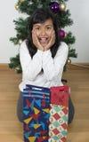 Παιδί κοριτσιών ευτυχές πέρα από το χριστουγεννιάτικο δέντρο Στοκ φωτογραφίες με δικαίωμα ελεύθερης χρήσης