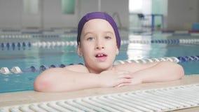 Παιδί κοριτσιών στην πισίνα Το χαμογελώντας παιδί οδηγεί έναν υγιή τρόπο ζωής και έντονος στον αθλητισμό απόθεμα βίντεο