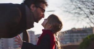 Παιδί κορών που φιλά τον μπαμπά της Σύγχρονη μελλοντική τεχνολογία μεταφορών ενεργός οικογένεια Αστικός υπαίθριος πεζοδρομίων πάρ φιλμ μικρού μήκους