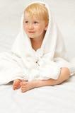 παιδί λίγο λευκό πετσετώ&nu στοκ εικόνες