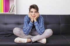 Παιδί με μια έκφραση της πλήξης ή της κούρασης στοκ εικόνα