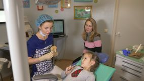 Παιδί με μια μητέρα σε μια υποδοχή οδοντιάτρων ` s φιλμ μικρού μήκους