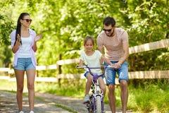 Παιδί με τα διπλώματα ευρεσιτεχνίας που μαθαίνει να οδηγά το ποδήλατο στο πάρκο στοκ φωτογραφίες με δικαίωμα ελεύθερης χρήσης