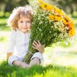 Παιδί με τα λουλούδια στοκ φωτογραφία με δικαίωμα ελεύθερης χρήσης