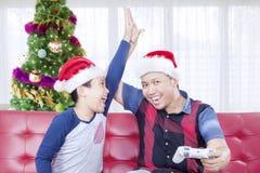 Παιδί με τα παιχνίδια πατέρων μαζί στο χρόνο Χριστουγέννων Στοκ εικόνες με δικαίωμα ελεύθερης χρήσης