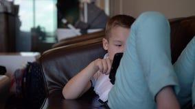 Παιδί με την ψηφιακή χαλάρωση ταμπλετών στο σαλόνι αερολιμένων απόθεμα βίντεο