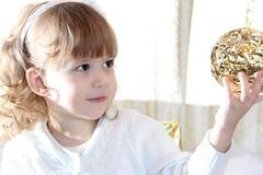 Παιδί με την όμορφη χρυσή σφαίρα Στοκ Φωτογραφία