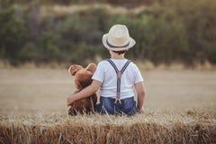 Παιδί με τη teddy αρκούδα Στοκ Φωτογραφίες