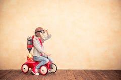 Παιδί με το αεριωθούμενο πακέτο που παίζει στο σπίτι στοκ φωτογραφίες