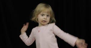 Παιδί με το βρώμικο πρόσωπο από τη λειωμένη σοκολάτα και το κτυπημένο χαμόγελο κρέμας απόθεμα βίντεο
