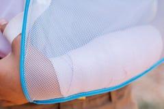 Παιδί με το σπασμένο βραχίονα που πετά Στοκ Εικόνες