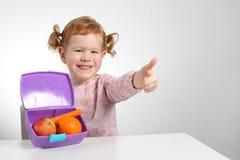 Παιδί με το υγιές πρόχειρο φαγητό φρούτων καλαθακιών με φαγητό Στοκ Εικόνες