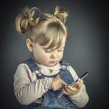Παιδί με το smartphone Στοκ φωτογραφία με δικαίωμα ελεύθερης χρήσης