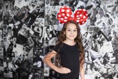παιδί μικρό Όμορφο κορίτσι κόκκινο τόξων Στοκ Εικόνα