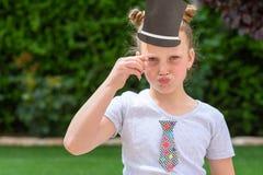 Παιδί που έχει τη διασκέδαση Αστεία έννοια εξαρτημάτων καρναβαλιού στοκ εικόνες