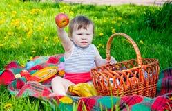 παιδί που έχει picnic στοκ φωτογραφία με δικαίωμα ελεύθερης χρήσης