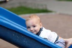 Παιδί που αναρριχείται επάνω στη φωτογραφική διαφάνεια Στοκ Φωτογραφίες