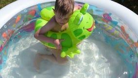 Παιδί που απολαμβάνει το λούσιμο την καυτή θερινή ημέρα απόθεμα βίντεο
