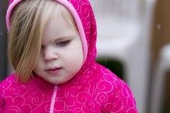 Παιδί που απολαμβάνει το χιόνι Στοκ εικόνα με δικαίωμα ελεύθερης χρήσης