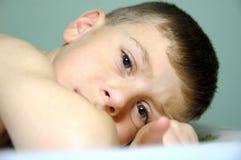 παιδί που βάζει κάτω Στοκ φωτογραφία με δικαίωμα ελεύθερης χρήσης