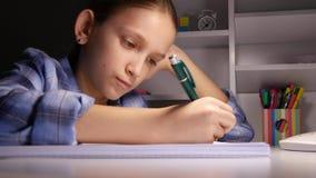 Παιδί που γράφει, μελετώντας, στοχαστικό παιδί, σκεπτική μαθαίνοντας μαθήτρια σπουδαστών απόθεμα βίντεο