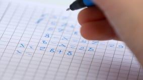 Παιδί που γράφει στην τάξη, μελέτη, εργασία παιδιών, μαθηματικά εκμάθησης σπουδαστών φιλμ μικρού μήκους