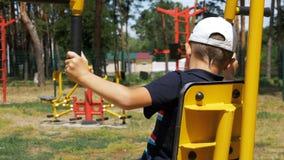 Παιδί που δεσμεύεται στον αθλητισμό οδών που εκπαιδεύει τον εξοπλισμό απόθεμα βίντεο