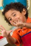 Παιδί που εμφανίζει και τα δύο χέρια Στοκ Εικόνα