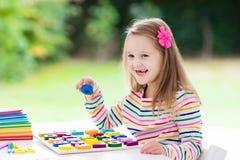 παιδί που κάνει το σχολε Τα παιδιά μαθαίνουν και χρωματίζουν Στοκ εικόνα με δικαίωμα ελεύθερης χρήσης