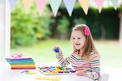 παιδί που κάνει το σχολε Τα παιδιά μαθαίνουν και χρωματίζουν Στοκ φωτογραφία με δικαίωμα ελεύθερης χρήσης