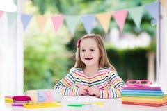 παιδί που κάνει το σχολε Τα παιδιά μαθαίνουν και χρωματίζουν Στοκ Εικόνες
