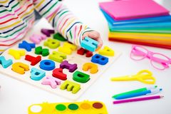 παιδί που κάνει το σχολε Τα παιδιά μαθαίνουν και χρωματίζουν Στοκ Φωτογραφίες