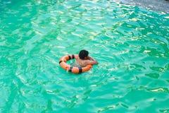 Παιδί που κολυμπά στη λίμνη Στοκ φωτογραφία με δικαίωμα ελεύθερης χρήσης